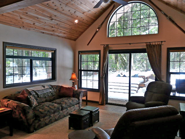 Zig ZagRiverfront Cabin with vaulted ceilings