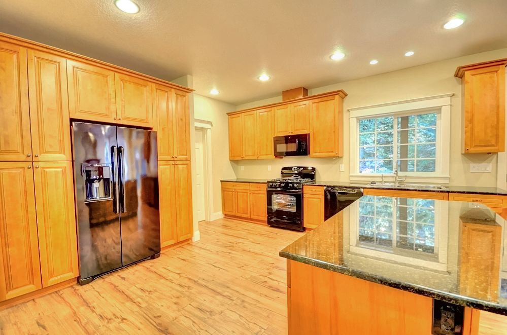 Cutom Build Mt. Hood Home Kitchen with Granite and Island